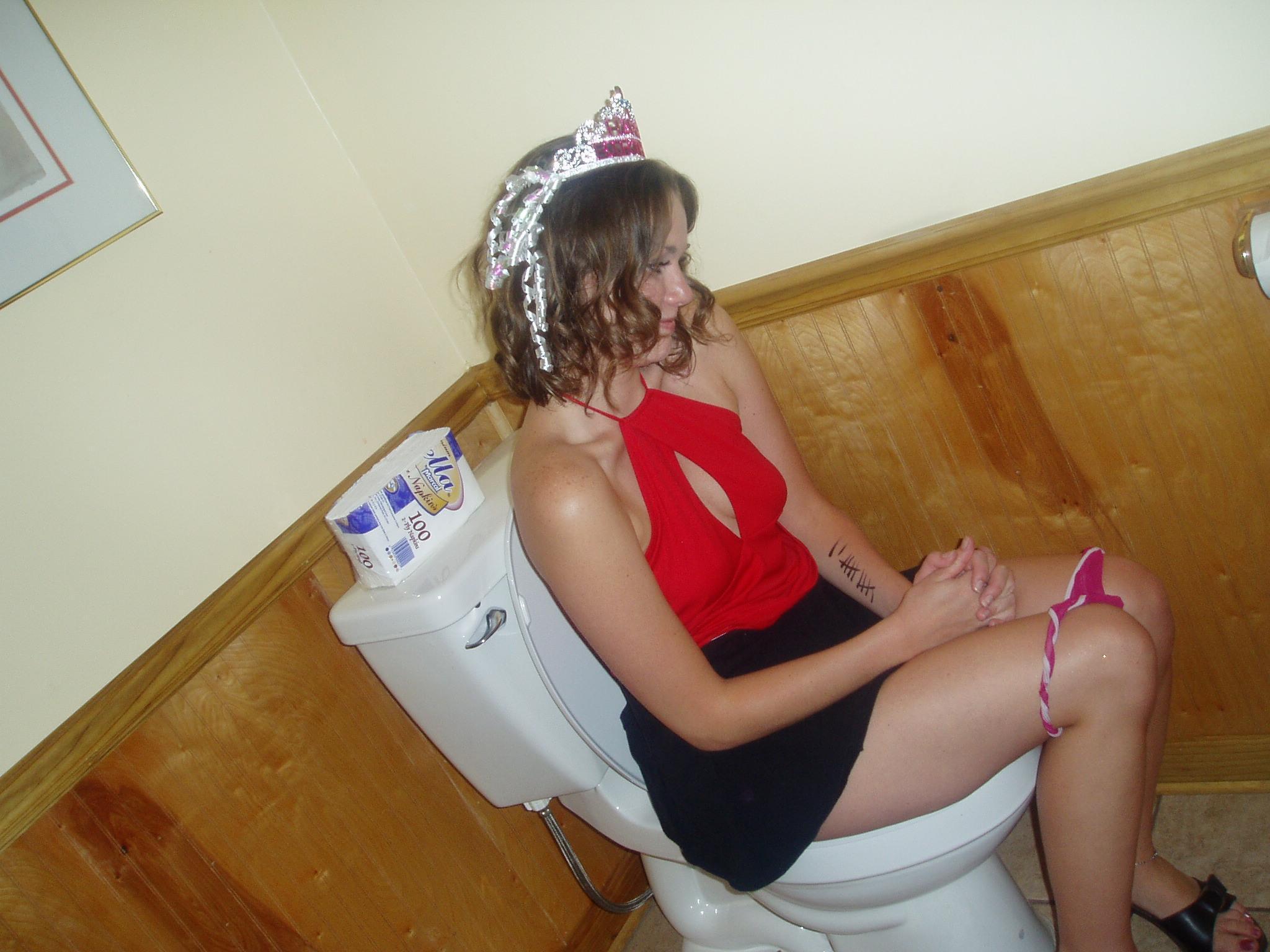 Смотреть бесплатно онлайн за девушками в туалете 19 фотография