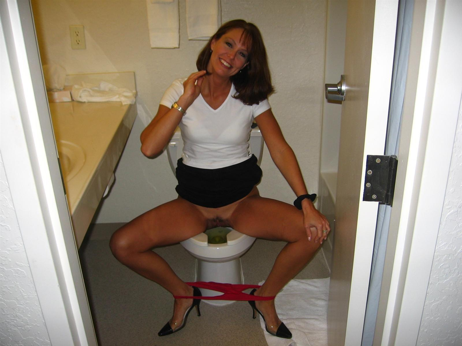 Писающие женщины в туалетах порноролики