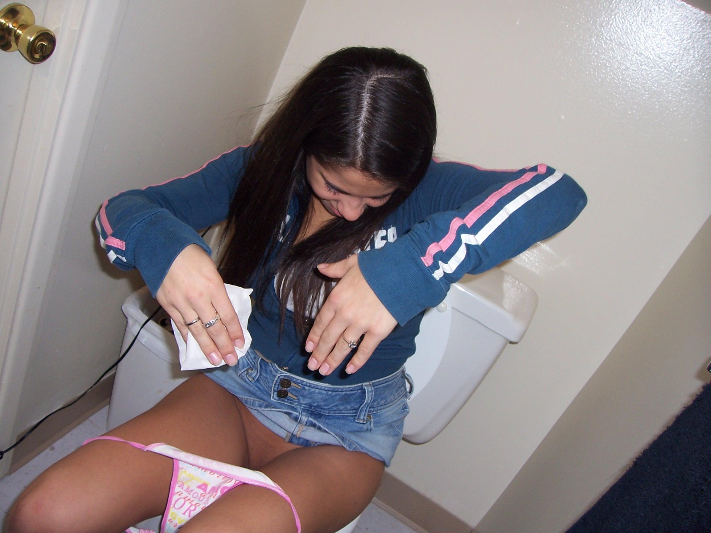 Фото писающих девушек в туалете 20 фотография