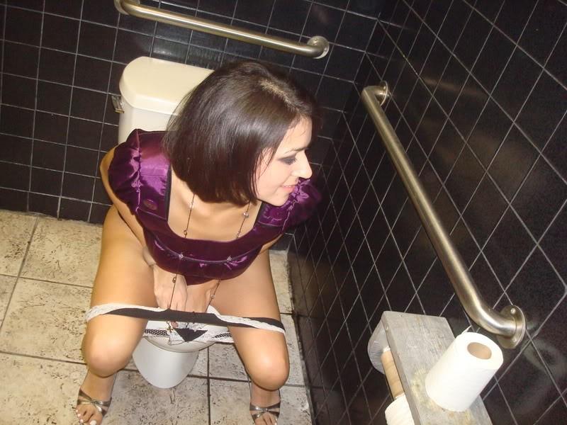 секс онлайн видео волосатые девушки писающиеся в туалете смотреть 24