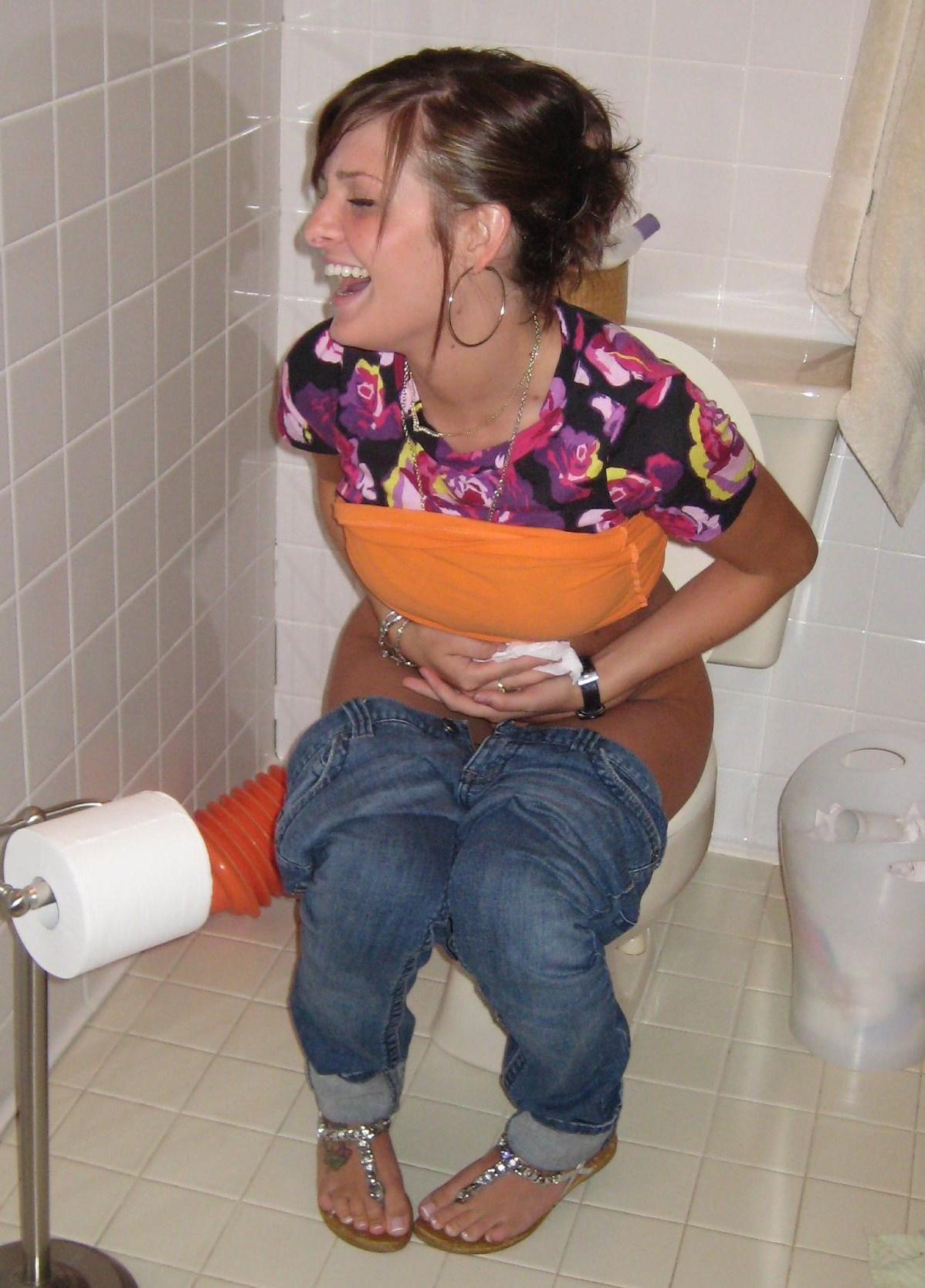 Смотреть Как Бабы Справляют Нужду В Уличном Туалете
