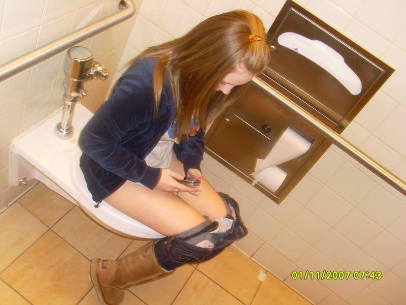 фото женщины писают в туалетах
