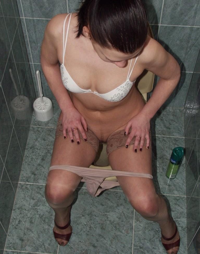 Писающие дамы порно туалет