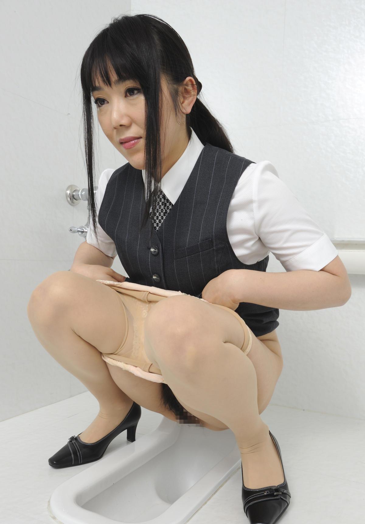 pisayushie-yaponki-v-tualete