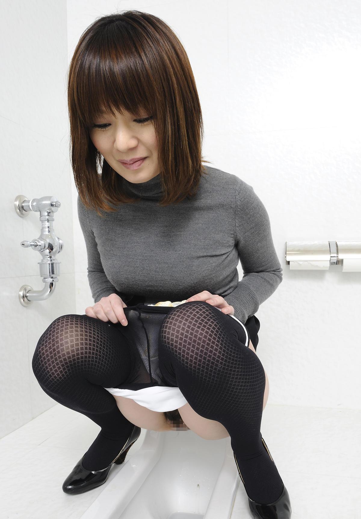 Скрытая камера в туалете подглядывание в женском туалете