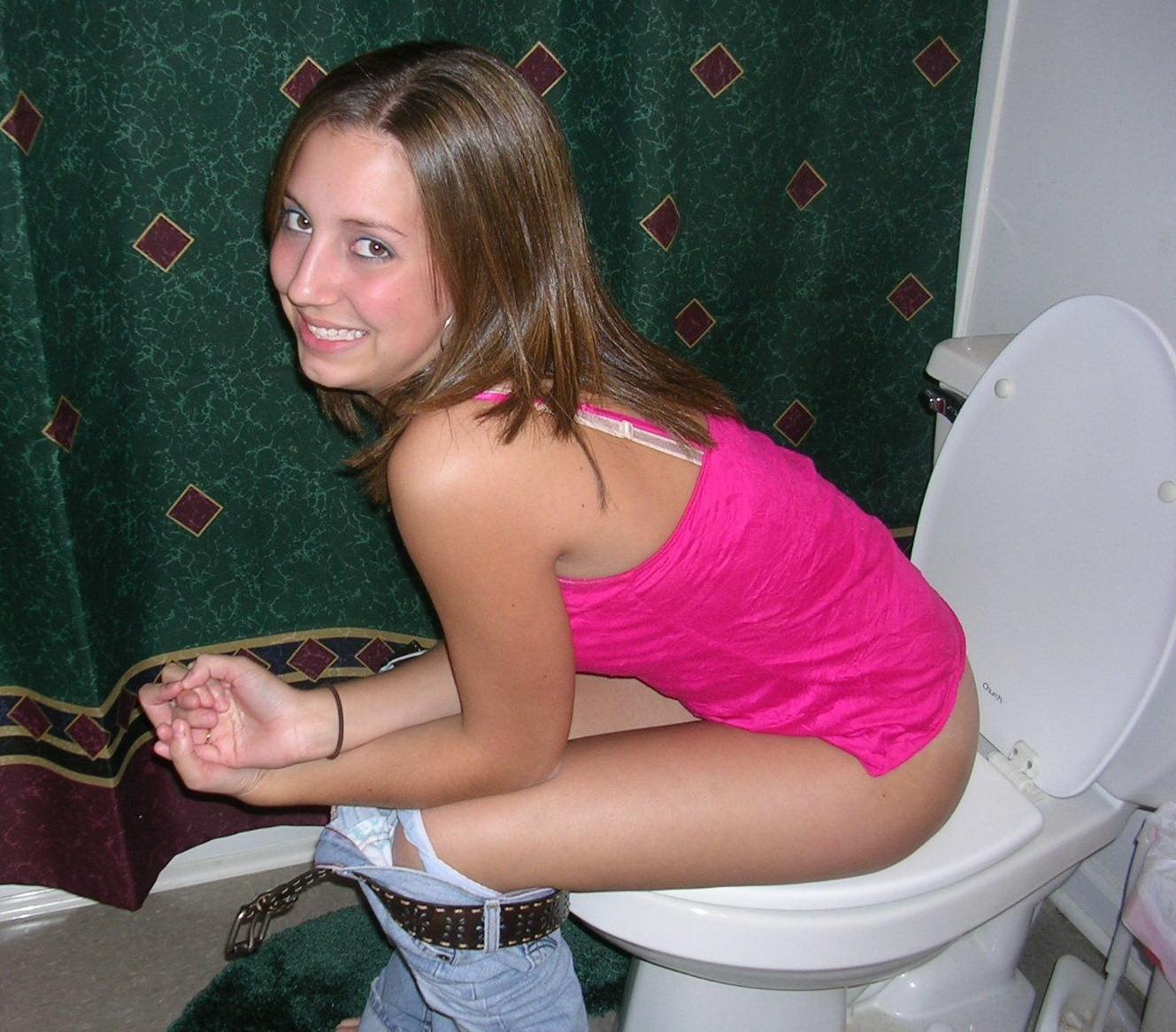 Смотреть бесплатно девушки писают в туалетах 23 фотография