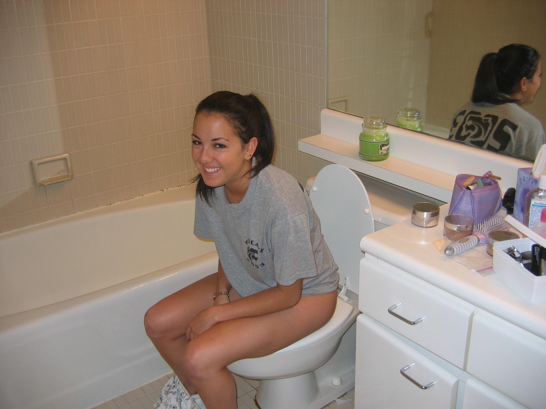 Фото девки писают в туалете 15 фотография