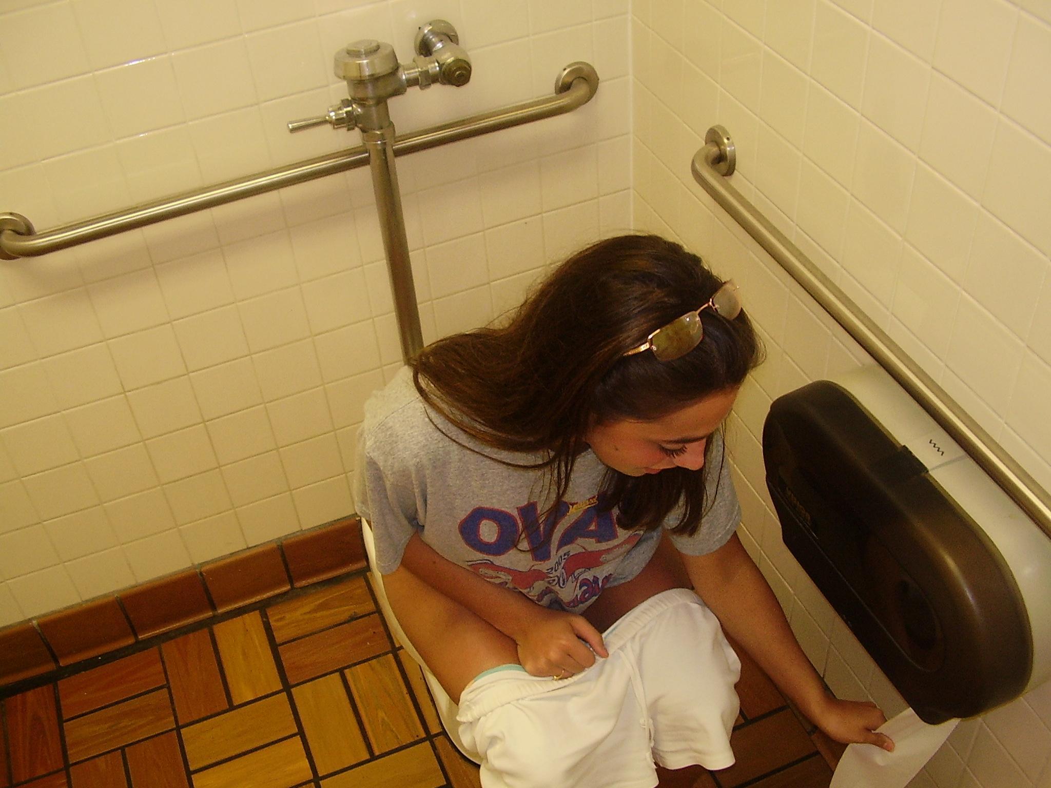 Что делает девушка в туалете, Один день в женском туалете 13 фотография