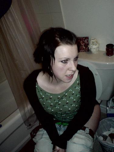 фото девушки в туалете эротика