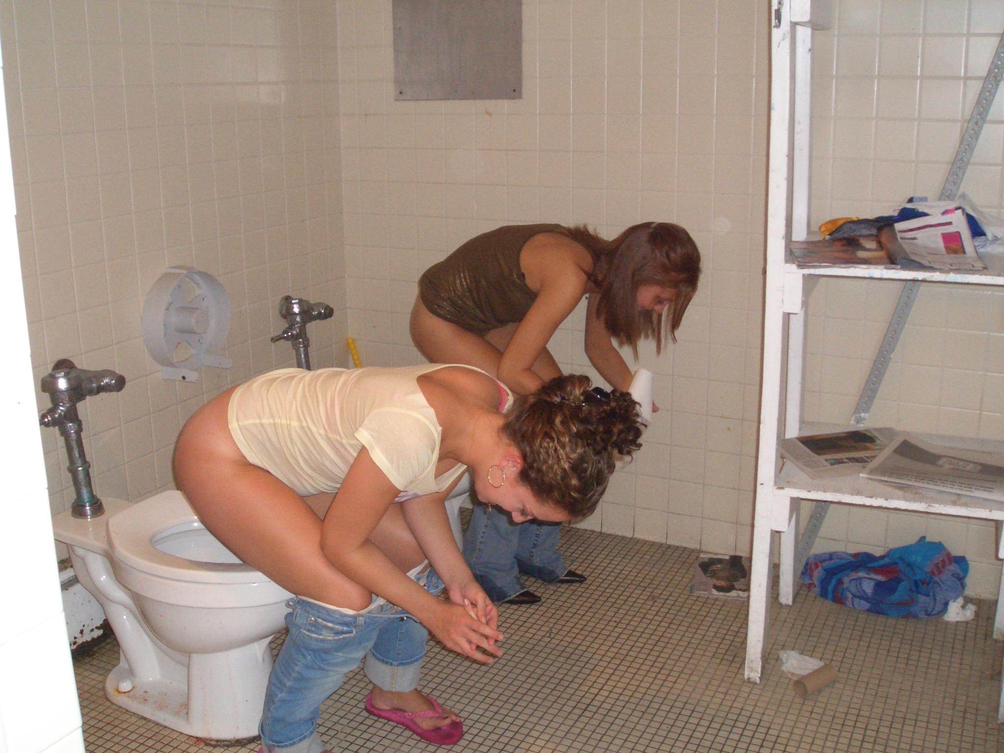 две девушки писают в туалете